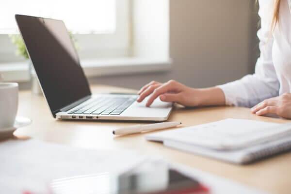 Kvinde skriver på computer